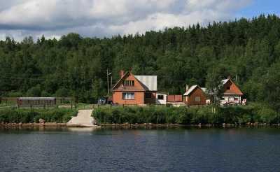 Как выстроить дом на берегу реки